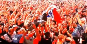 stagedivegreen 300x154 The special crowd moments at Green Day 2010